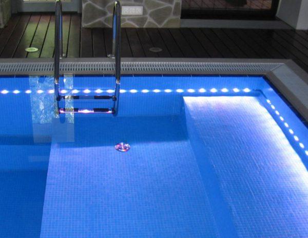 Подсветка бассейна с помощью светодиодной ленты