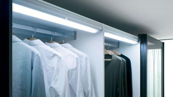 Освещение полок шкафов в гардеробной
