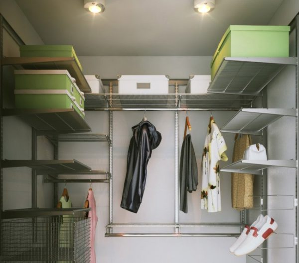 Потолочные LED-светильники в маленькой гардеробной