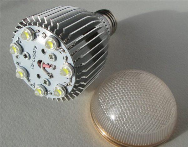 Плата со светодиодами размещается на радиаторе
