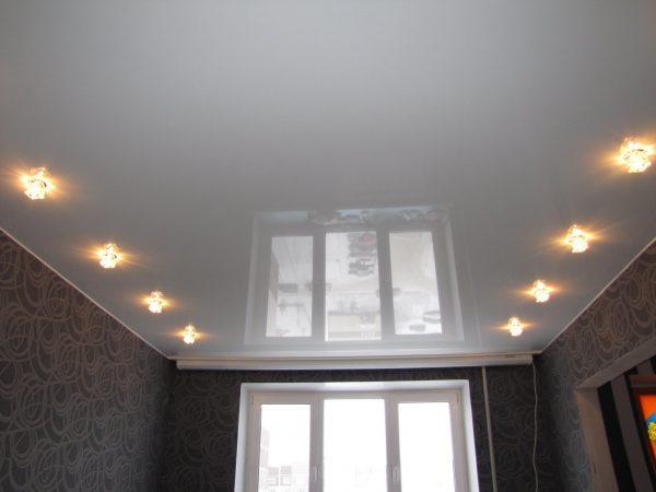 Размещение точечных источников света на натяжном потолке
