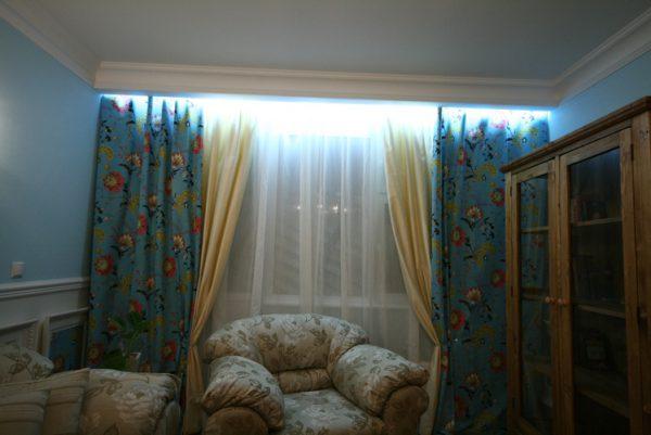 Подсветка штор визуально увеличивает помещение