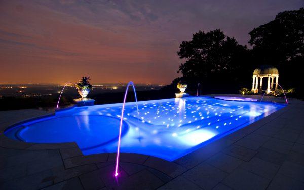 Освещение бассейна с помощью оптоволоконных источников света