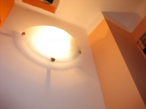 Светильник с лампой накаливания в туалете