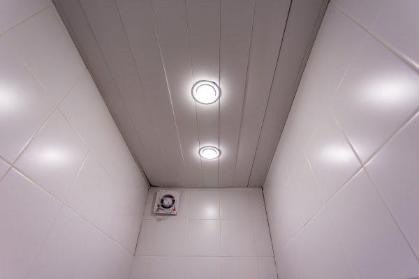 Точечные галогеновые светильники в уборной