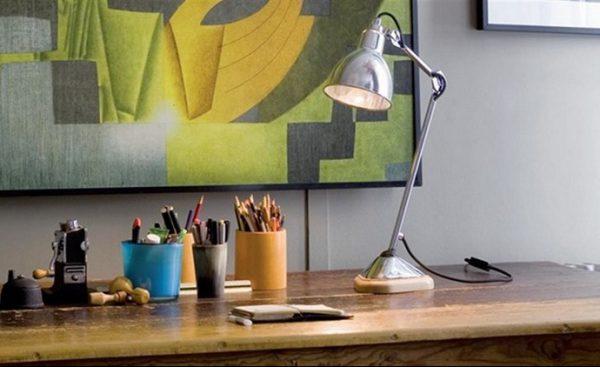 Настольная лампа для школьника должна обладать достаточной мощностью и занимать мало места