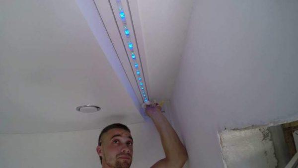 Размещение светодиодной ленты в нише над окном