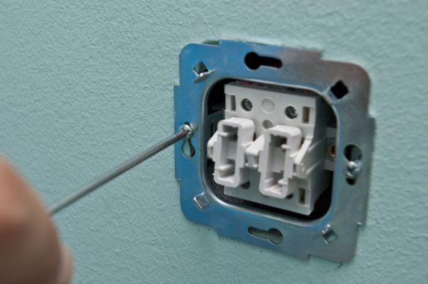 Замена выключателя для устранения мигания ламп
