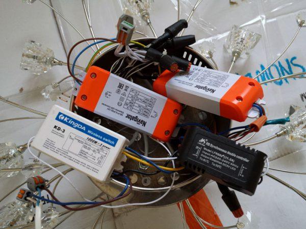 Для подключения ламп на 12 вольт необходимо использовать понижающие трансформаторы