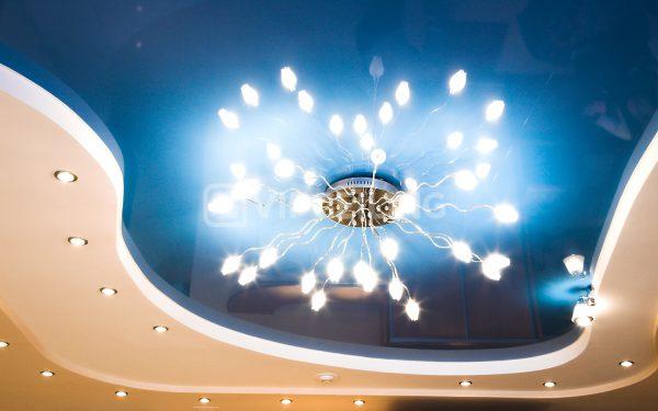 Для натяжного потолка желательно использовать лампы с небольшим нагревом