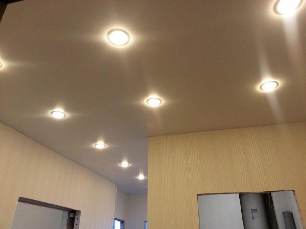 В натяжной потолок обычно устанавливают светильники круглой формы
