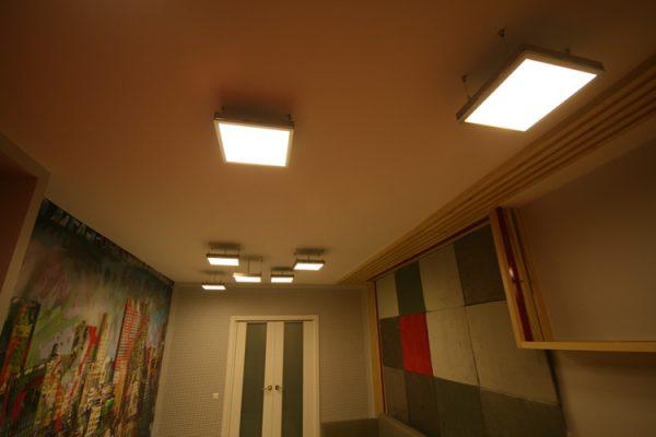 Квадратные светодиодные панели в интерьере комнаты