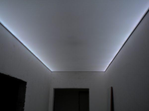 Освещение потолка с помощью светодиодной ленты