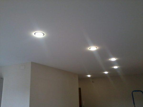 Благодаря небольшому тепловыделению светодиодные светильники можно устанавливать на натяжном потолке