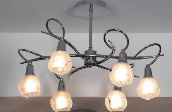 При использовании ламп накаливания нужно обеспечить их значительное удаление от полотна потолка