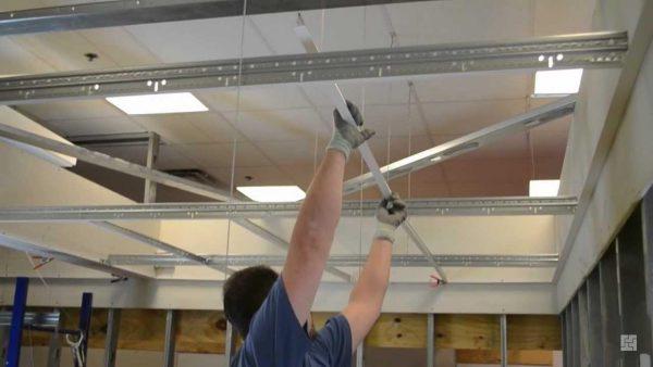 Монтаж подвесной системы потолка Армстронг