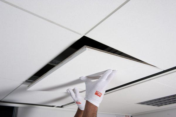 Установка панелей в подвесной потолок