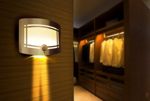 Настенный автономный LED-светильник