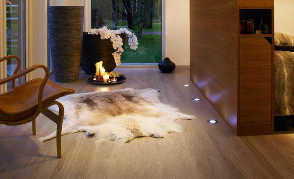 Использование встраиваемых в пол светильников при оформлении интерьера комнаты