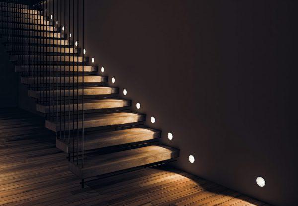 Освещение лестницы с помощью встроенных светильников