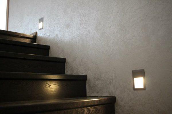 Встроенные в стену светильники часто используются для освещения ступеней