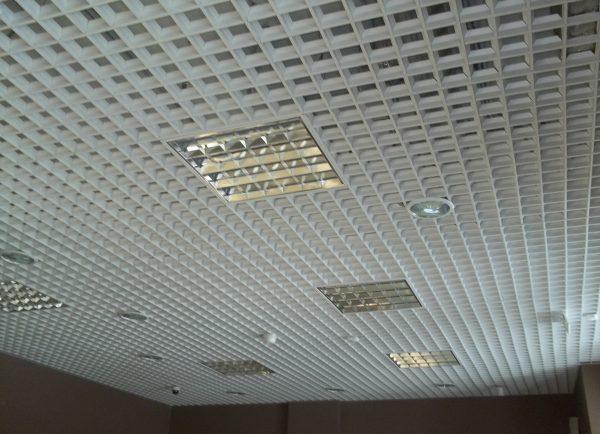 Растровые светильники в потолке Грильятто