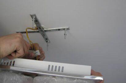 Установка светильника на потолок