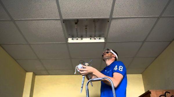 Растровые светильники отичаются простотой установки и обслуживания