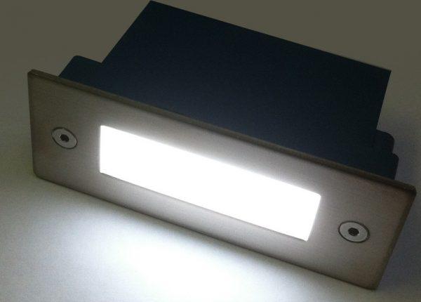 Светильник для монтажа в стену с передней панелью из полированного металла