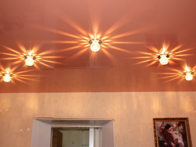 Освещение для натяжных потолков: виды, как выбрать, какие варианты лучше?