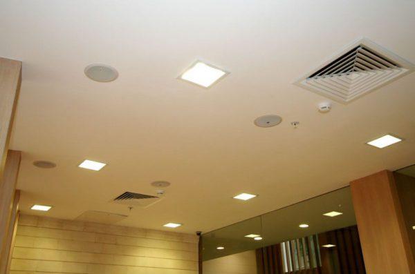Встраиваемые потолочные светильники могут быть различных форм и размеров