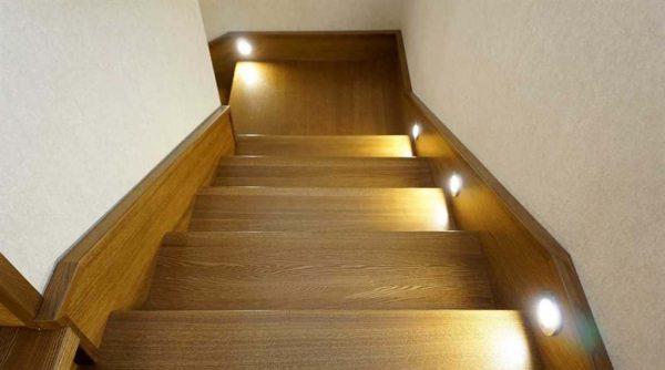 Для нижней подсветки деревянных лестниц нельзя использовать лампы накаливания