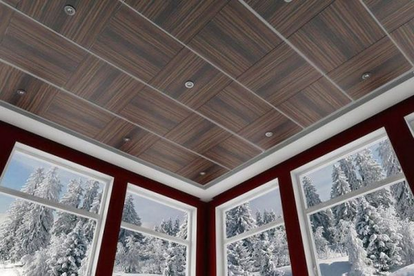 Потолок из текстурных пластиковых панелей