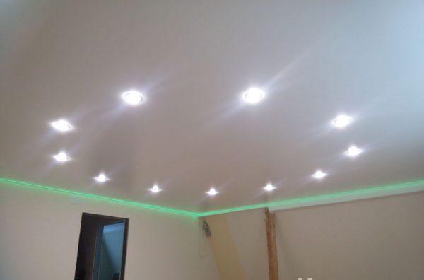 Точечные LED-светильники в натяжном потолке