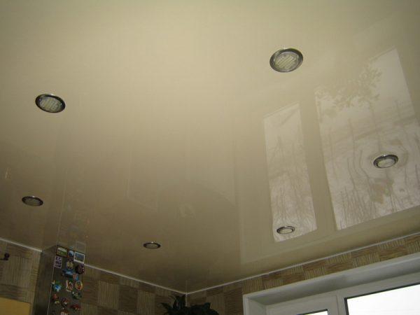 В натяжной потолок часто устанавливают точечные светильники