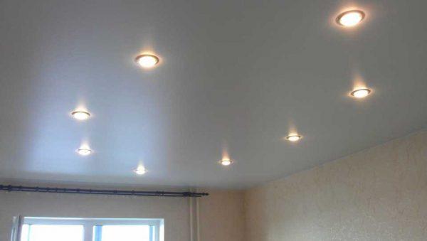Для натяжного потолка хорошо подходят точечные светильники