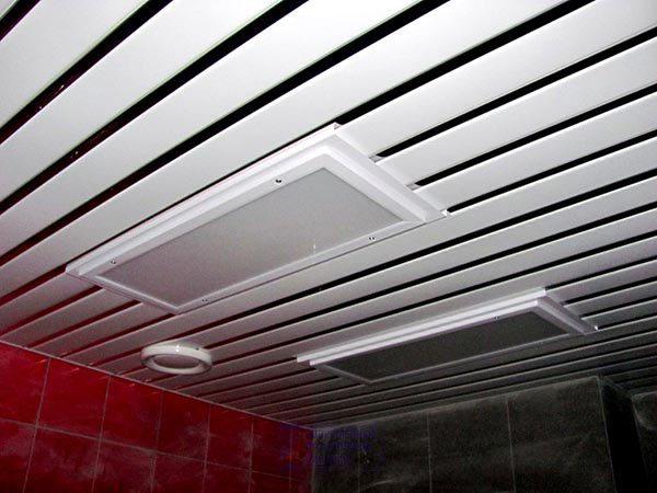 Для установки в реечный потолок подходят светильники различных типов