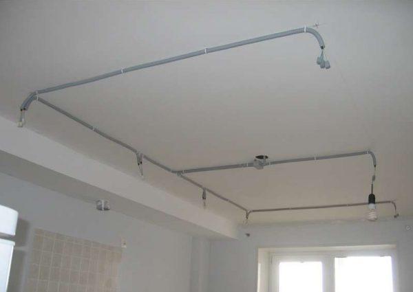 Крепление элетропроводки над натяжным потолком