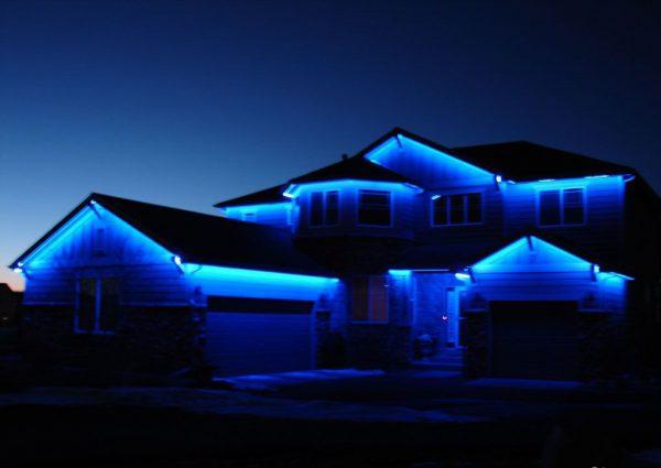 Для подключения наружной подсветки дома лучше использовать блоки питания