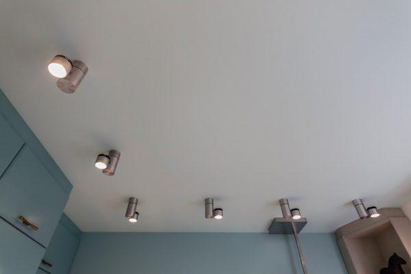 Для освещения комнаты с низким потолком хорошо подходят точечные светильники