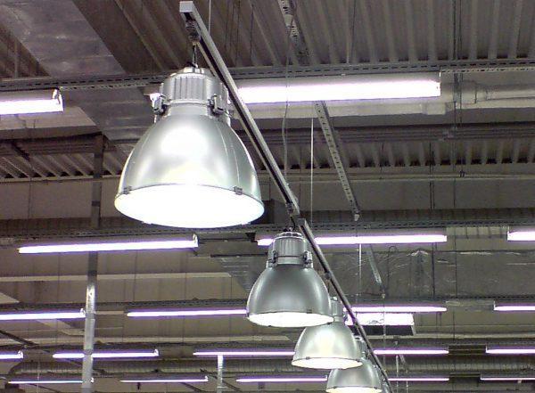 Первоначально светильники на тросах предназначались для освещения промышленных объектов