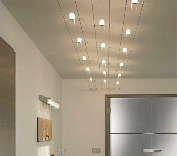 Тросовые светильники уместны в помещениях с высокими потолками