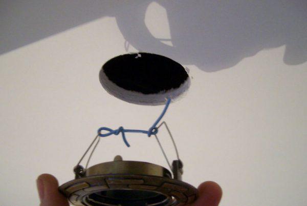Установка светильника в подвесной потолок из гипсокартона