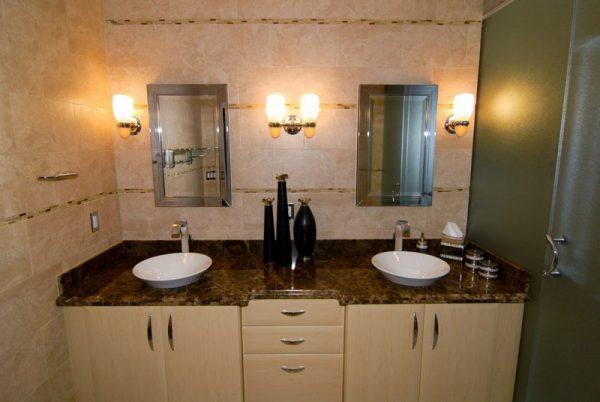 Использование настенных светильников в ванной