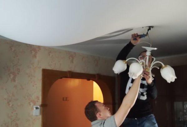 Снятие люстры с натяжного потолка