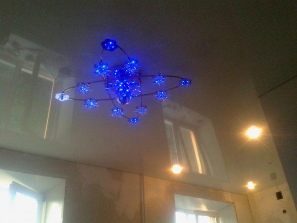 Для натяжных потолков рекомендуется использовать компактные светильники
