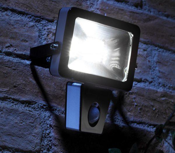 Светодиодный прожектор со встроенным сенсором отличает высокая экономичность и долгий срок службы