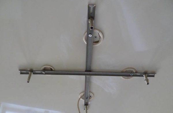 Монтаж крестообразной планки на натяжной потолок