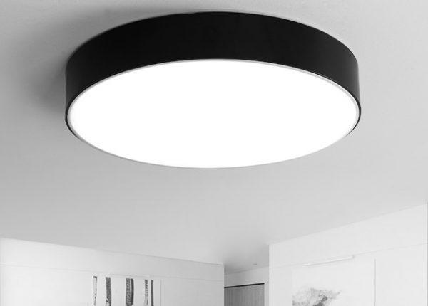 Большой светильник на потолке круглой формы