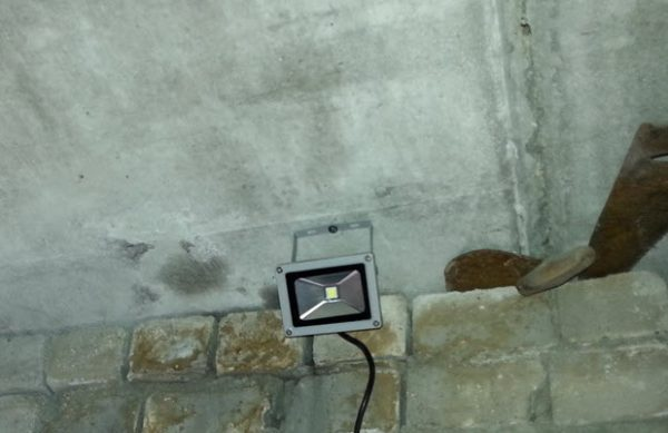 Использование прожектора на 12 вольт для освещения гаража